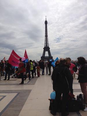 エッフェル塔周辺で反同性婚デモを準備する人たちの様子、2013年