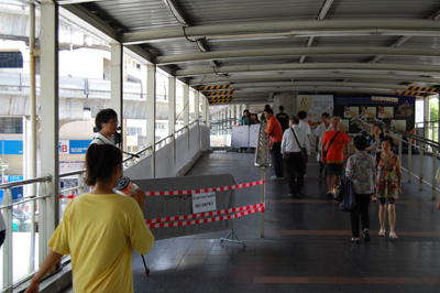 <エラワン廟のすぐ上の歩道>一部立入禁止となっているが、行き交う人もすでに何事もなかったかのよう。