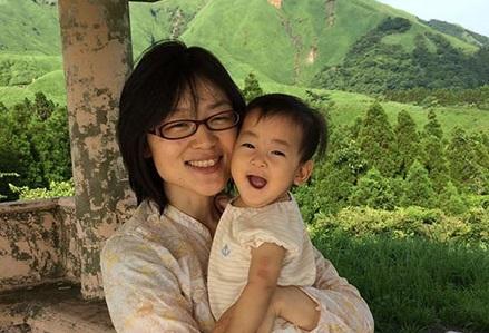議会での授乳が広まりつつある一方、乳児を連れた市議会の出席が認められない日本の画像1