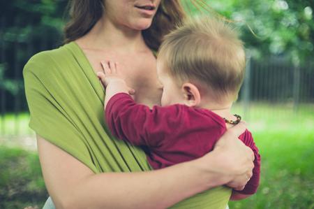 幼い息子に胸を触れられたくない、悩む母親の画像1
