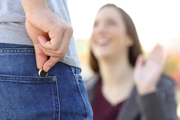 結婚詐欺では? 親や友人に疑われるコンサル彼氏の「土日のセミナー」の画像1