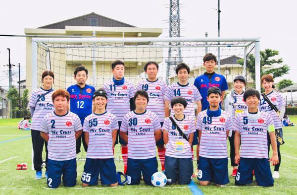 プレーヤー兼監督を務める土屋由奈さん(前列右から3番目)