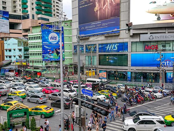 タクシーやトゥクトゥクがひしめくバンコク中心部。ライドシェア大手「Grab」も人気